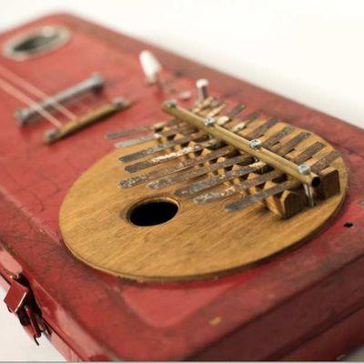 Une guitare kalimba en mode cigarbox