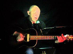 Jérôme chauvin, un chanteur français discret qui n'appartient à aucune catégorie, il mène sa barque à contre courant du musicalement tendance