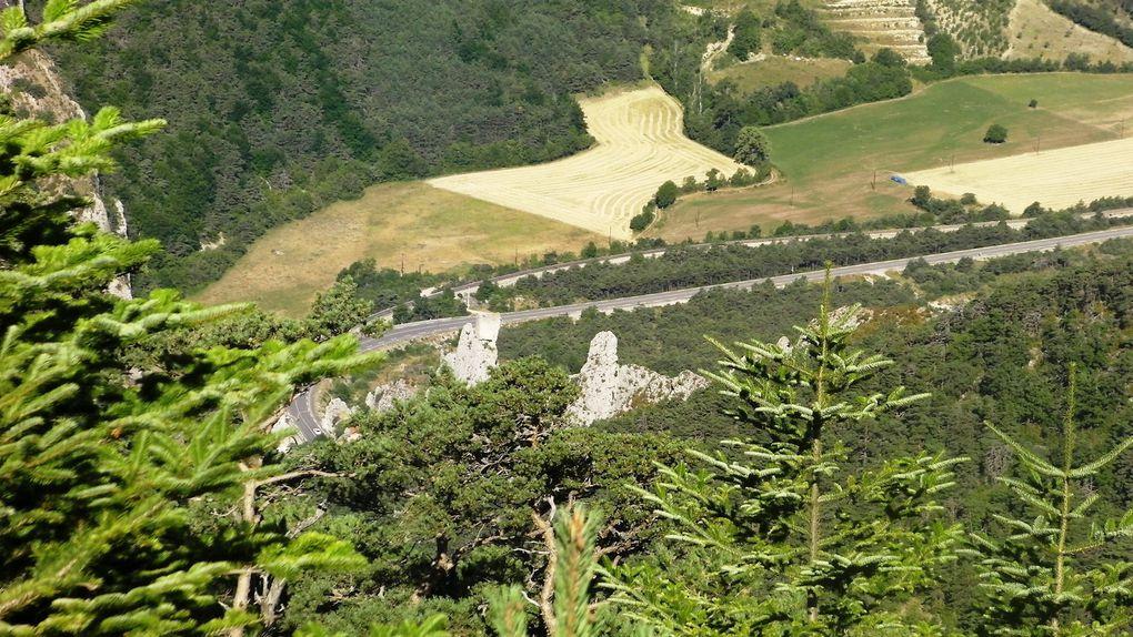 La mare aux cerfs : Balade à La Faurie  : Départ du monastère Orthodoxe de La Dormition. Sentier au dessus des marmittes du diable en direction du Mourre de l'Aigle. Au plus haut de la balade descente à la mare au cerf et la source de fontsaucett