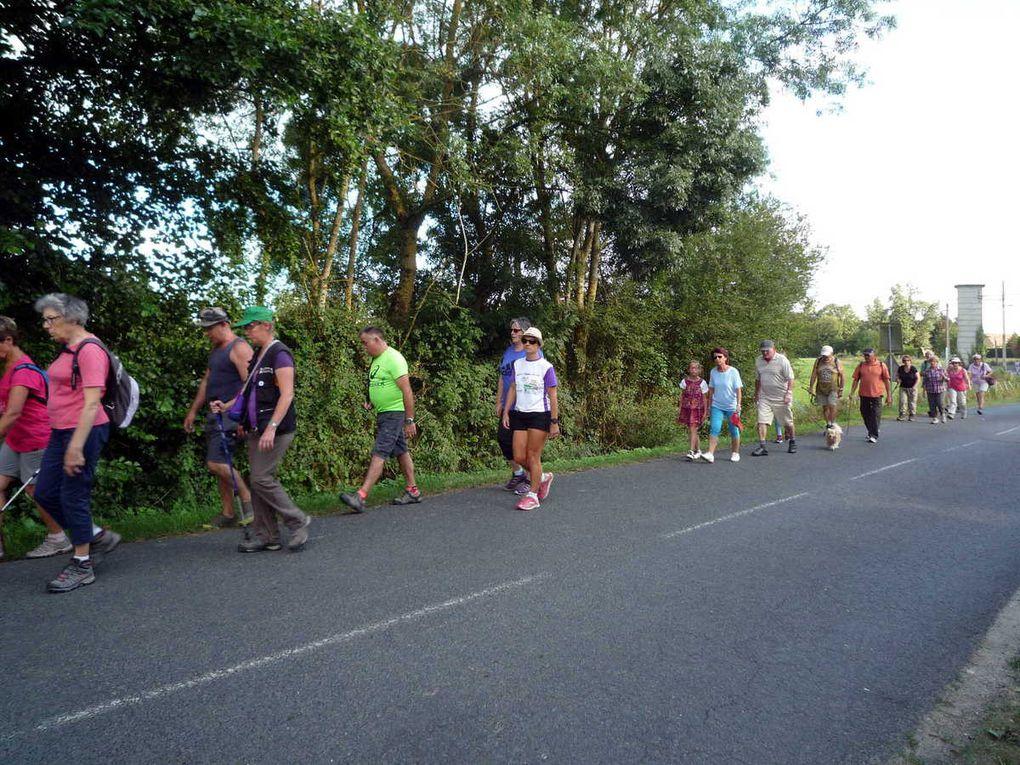 Les randonneurs se regroupent avant de se mettre en route.