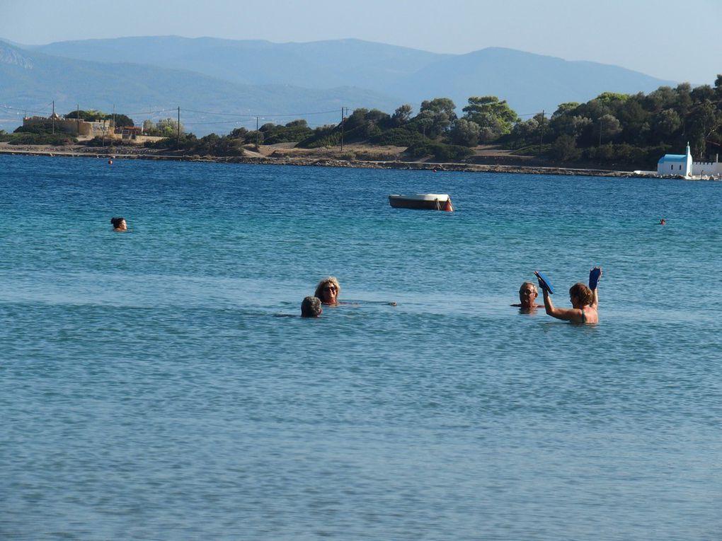 Quel bonheur d'être dans l'eau .... on y fait même les marionnettes, n'est-ce pas Marie-Thérèse?