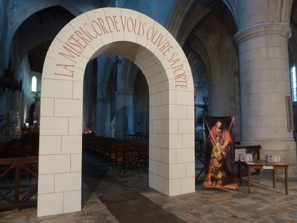 """Un """" Jubilé """" religieux c'est prévu dans l'église catholique, à des dates précises, mais le pape peut en décider aussi à son gré et c'est ce qu'à fait notre cher François de Rome. On peut y lire sur l'arc installé dans la cathédrale St Pierre... """" La miséricorde vous ouvre ses portes """". Au sujet de cette église les trons avaient été visités en vain en début novembre. Les voleurs étaient repartis bredouilles."""