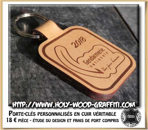 Face arrière du porte-clés avec la date d'obtention du grade et le logo de la gendarmerie Une force humaine