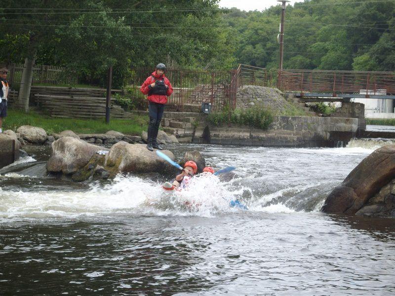 Le coup d'envoi du week-end des 24h kayak 2010 : le défi des collèges. Il n'y a qu'une soixantaine d'élèves pour une douzaine de kayaks gonflables, ce qui donne une course plutôt calme et seulement un collégien tombé à l'eau.