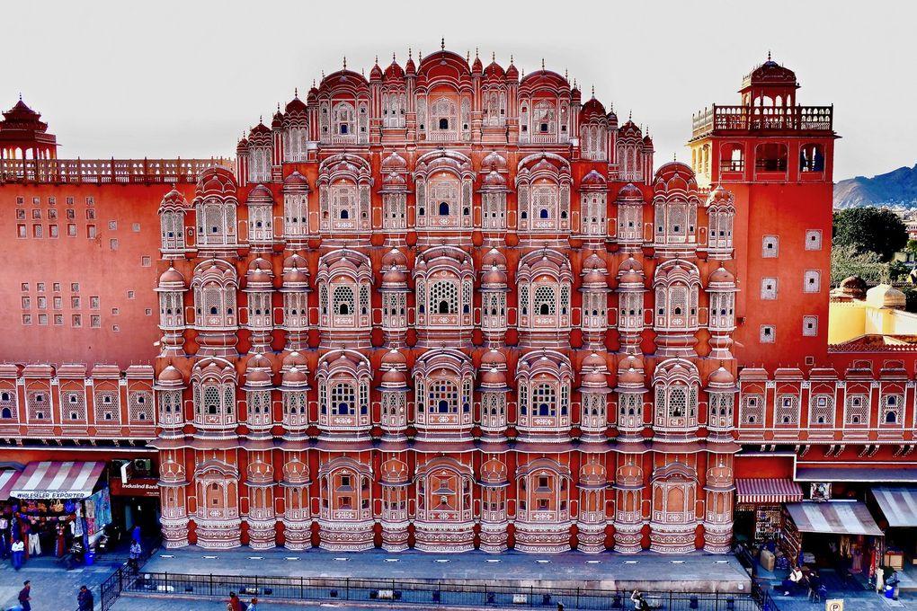 """Le palais des Vents de Jaipur est """"La"""" merveille qu'il ne faut surtout pas louper...mais un peu, comme plus tard avec le Taj Mahal, cet incontournable a mis en lumière une partie plus discrète et lumineuse qu'est la vieille ville et ses pépites."""