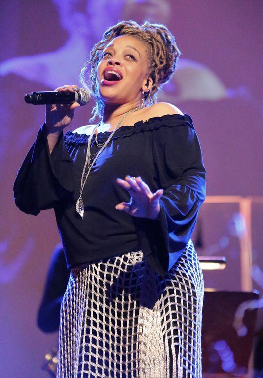 """Eine glamouröse Note erhielt der Abend durch die stimmgewaltigen Auftritte von Ty Le Blanc, im sechsten Monat schwanger, die mit Alicia Keys  """"Empire State of mine"""" für den ersten Knaller, dann mit   Tina Turners """"Symply the Best"""" wie ein Vulkan loslegte und später mit einem Gospel-Medley mit Stücken wie """"O happy day""""  für ganz großes Gefühlskino und für stehende  Ovationen des Publikums sorgte."""