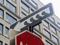 Ambiance kafkaïenne sur ces deux panneaux de signalisation revisités par Carnior. Ce dernier pointe du doigt une société individualiste et consumériste, où le monde robotisé marche dans le même sens...