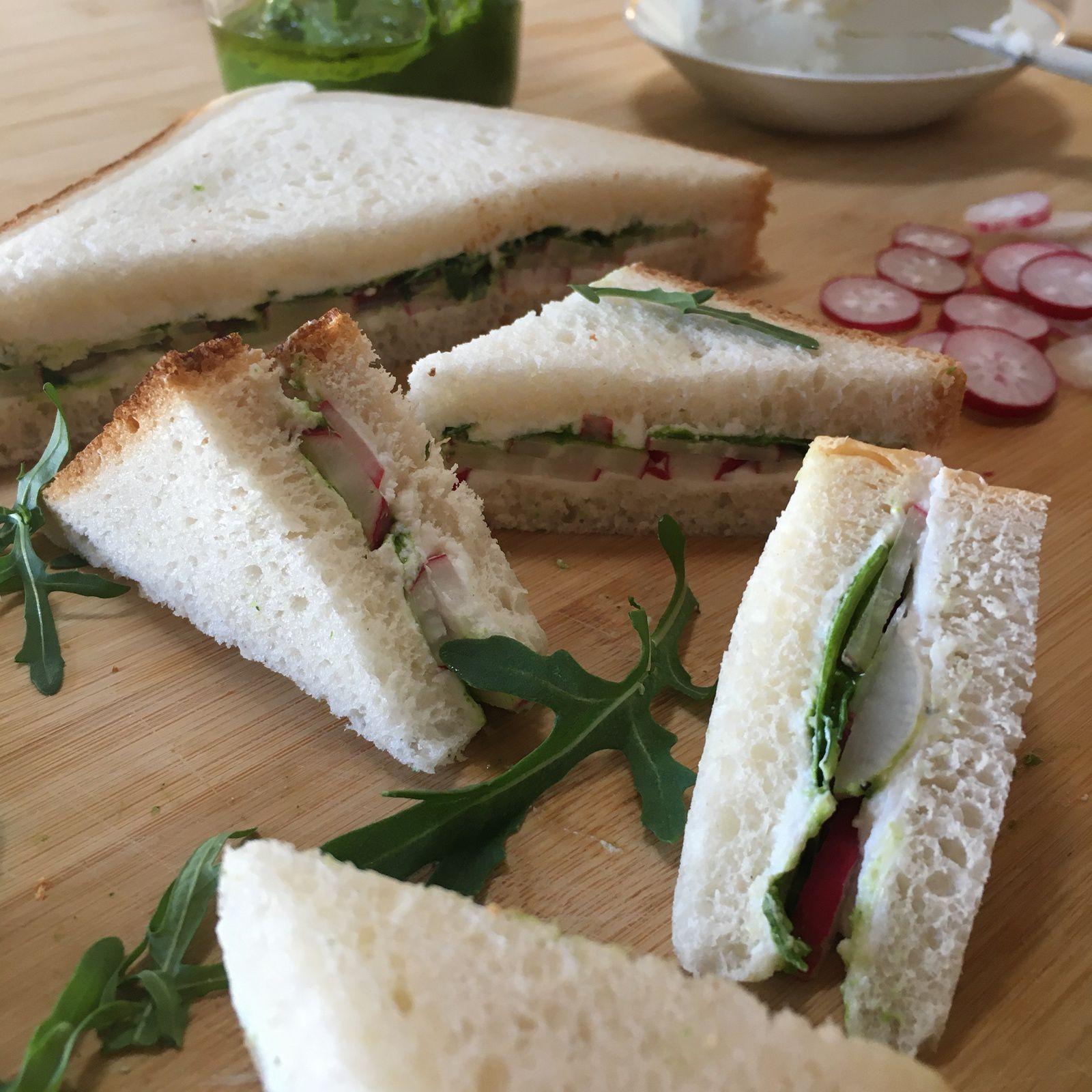 Pesto de roquette et club sandwich printanier aux radis et chèvre frais