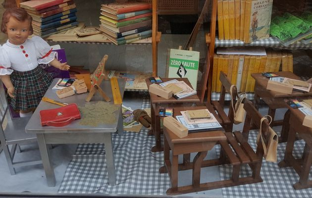 La vitrine de la rentrée de la boutique jouetts des 4 D aux Sables d'Olonne
