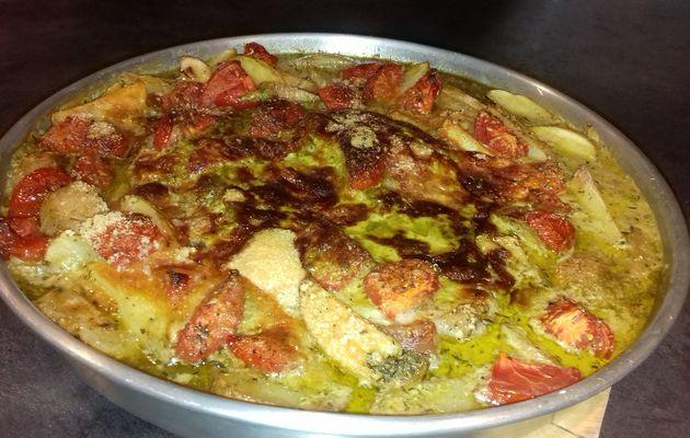 Cuisse de dinde à l'italienne gratinée au parmesan avec sauce au pesto, tomates et pommes de terre
