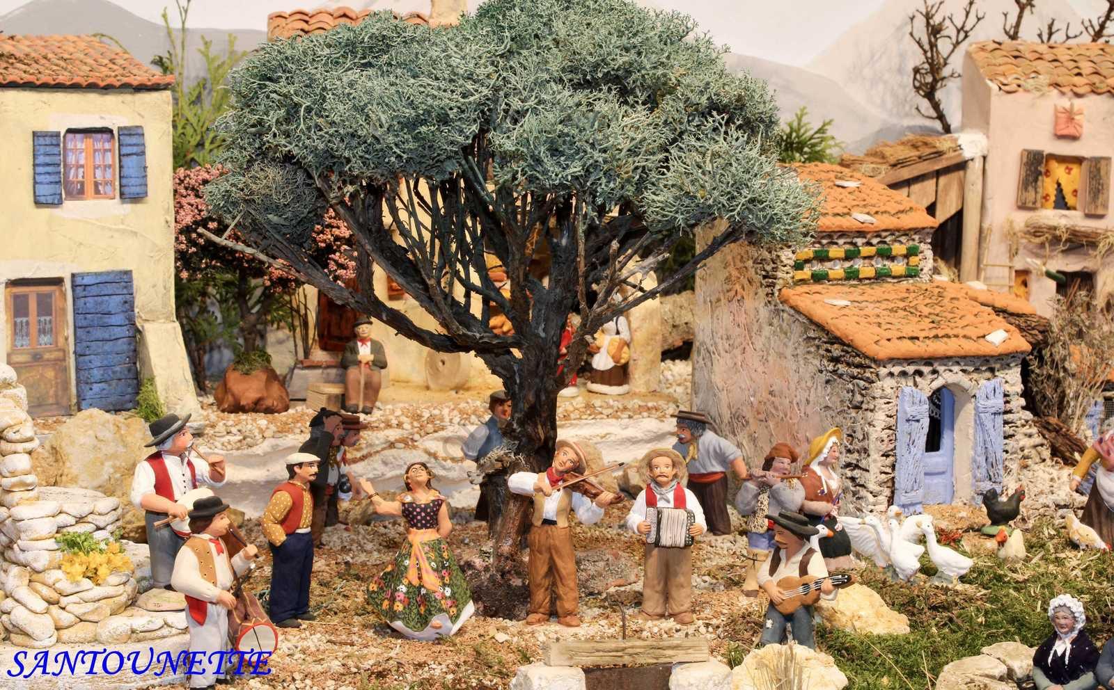 Sous le plus bel arbre de la petite place du Hameau de Monique Danielli