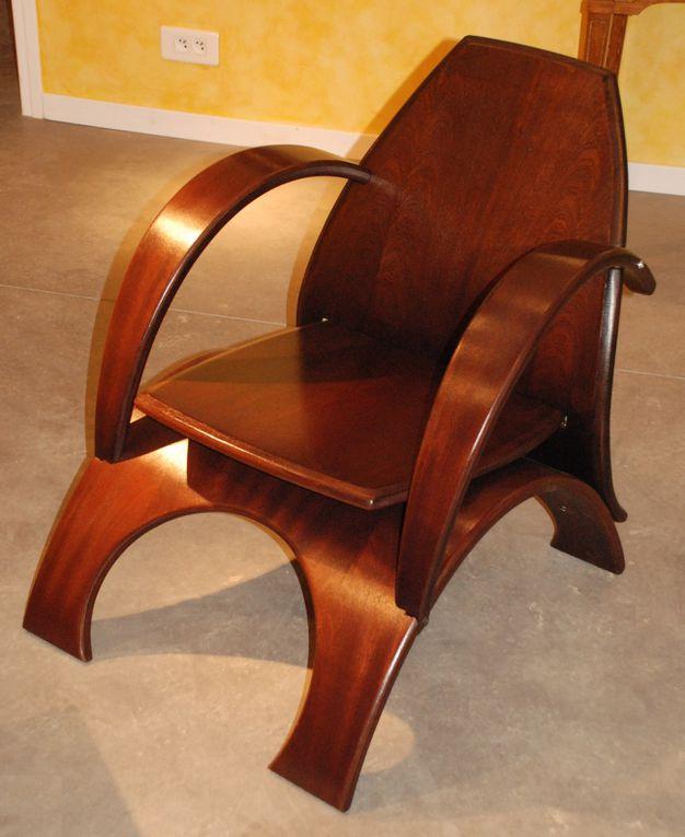 Deux fauteuils en bois très confortables.