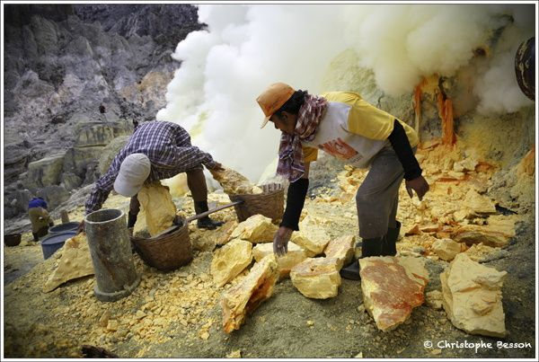 Kawah Ijien : Le Volcan de la souffrance           Copyright @ Christophe Besson / Naturimage          Copyright @ Valérie Curty