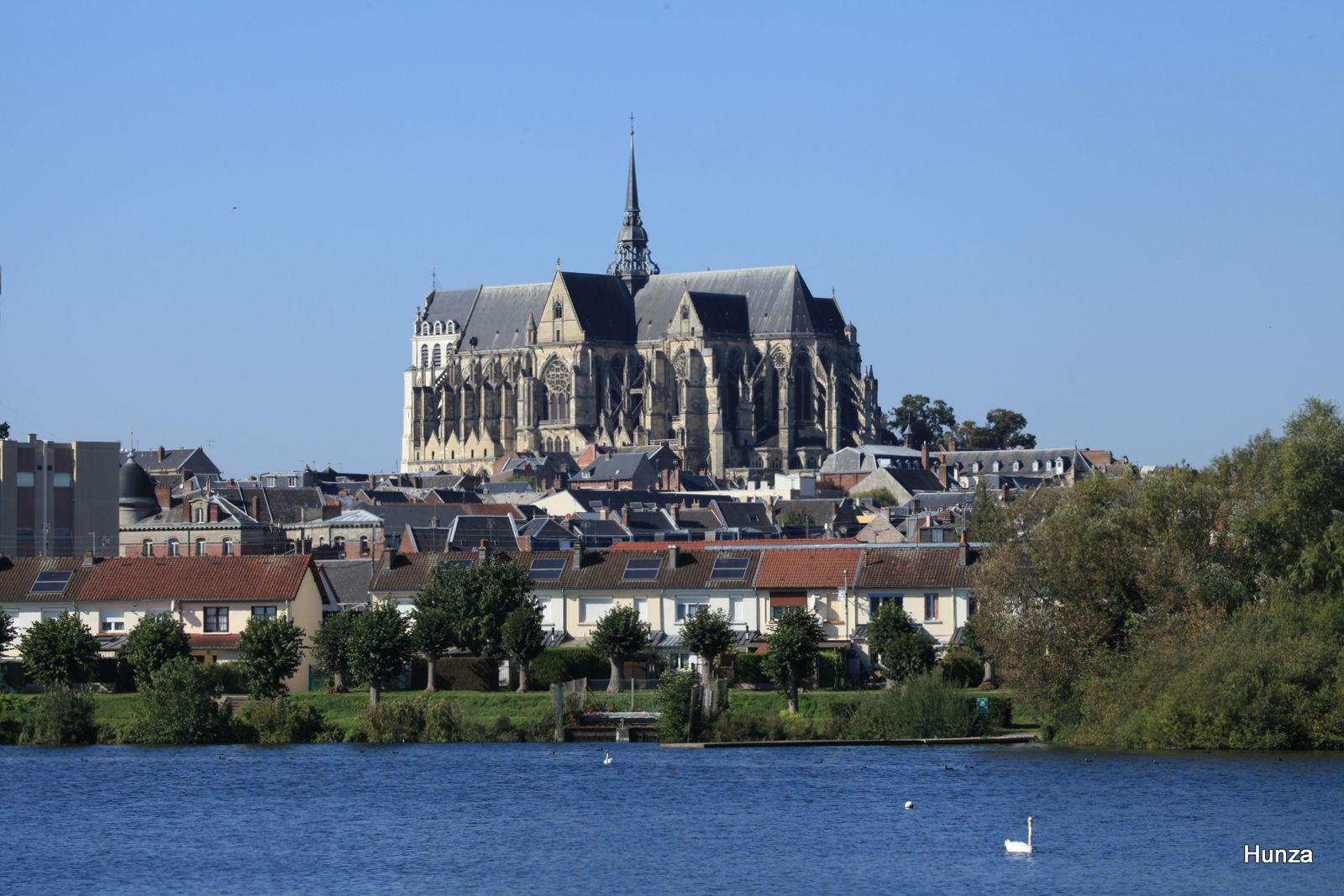 Basilique de Saint-Quentin vue depuis la base nautique du parc d'Isle