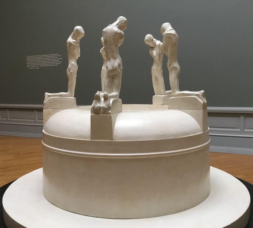 George Minne, la Fontaine des agenouillés, Les jeunes gens, vers 1905, Vasque, vers 1927-1930 (copie), plâtre