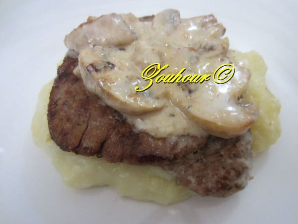 Steaks aux champignons. Steaks with mushrooms