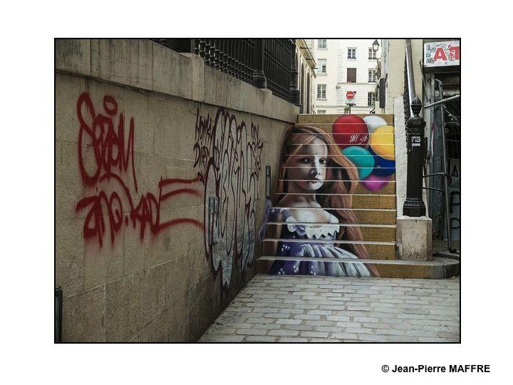 Ces clins d'œil d'artistes inconnus pour des passants tout aussi inconnus apportent un peu de poésie dans l'univers quotidien.