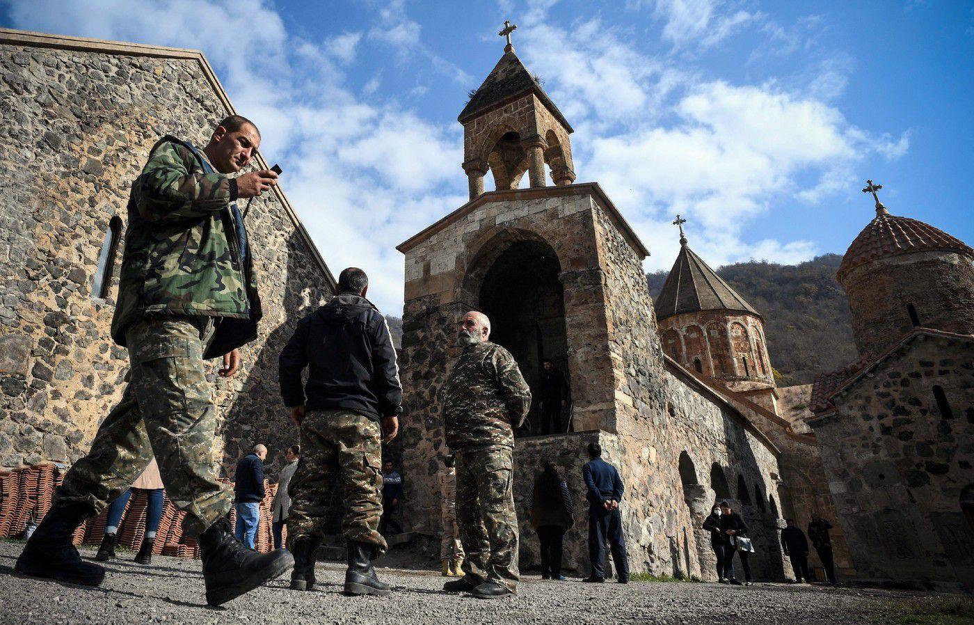 Des soldats arméniens visitent pour la dernière fois le 12 novembre 2020 le monastère de Dadivank dans le district de Kaljabar, passé sous contrôle azerbaïdjanais, après l'accord mettant fin au conflit au Nagorny Karabakh / AFP