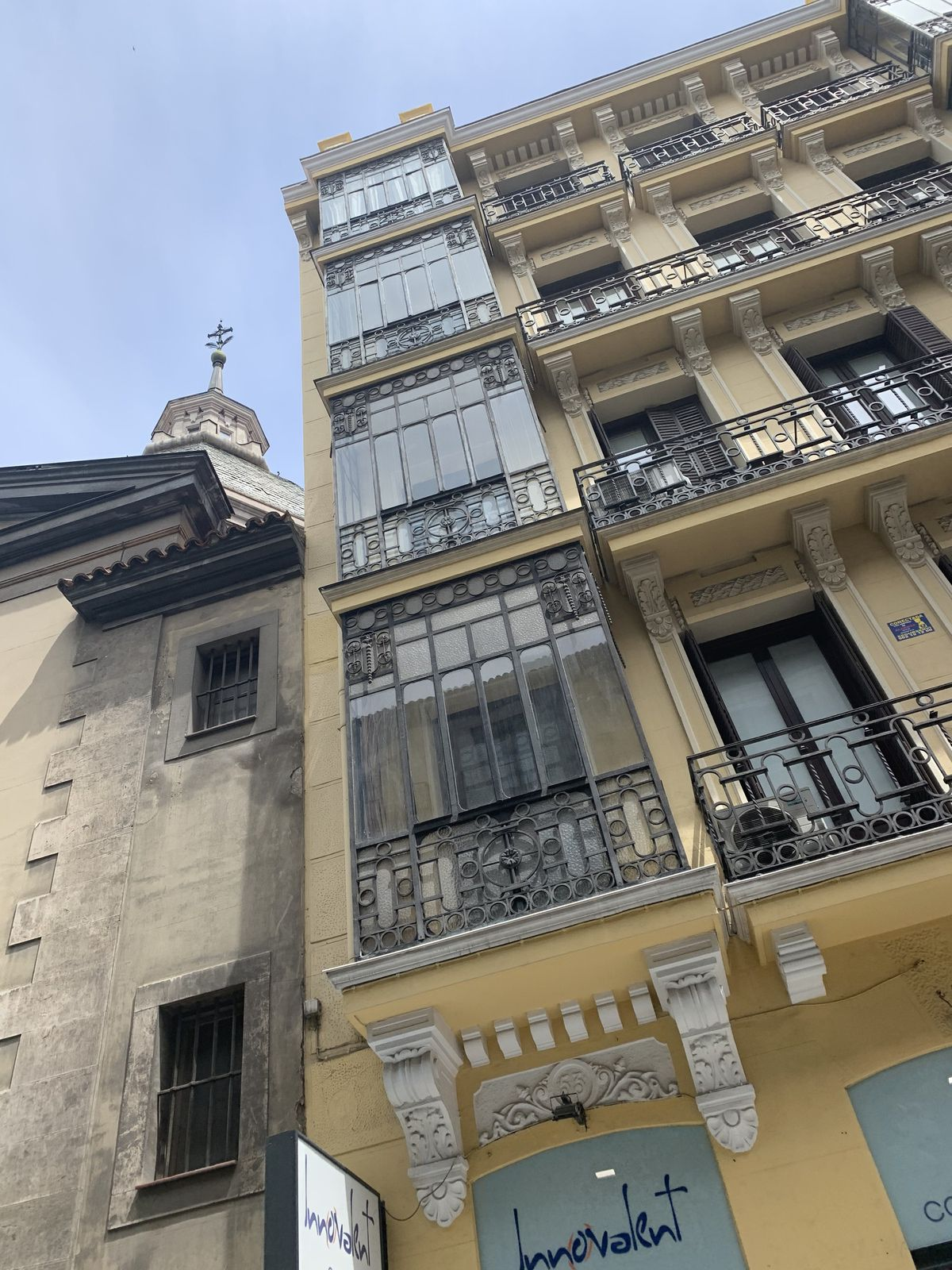 Puerta del sol, Quartier piétonnier et ses façades anciennes.
