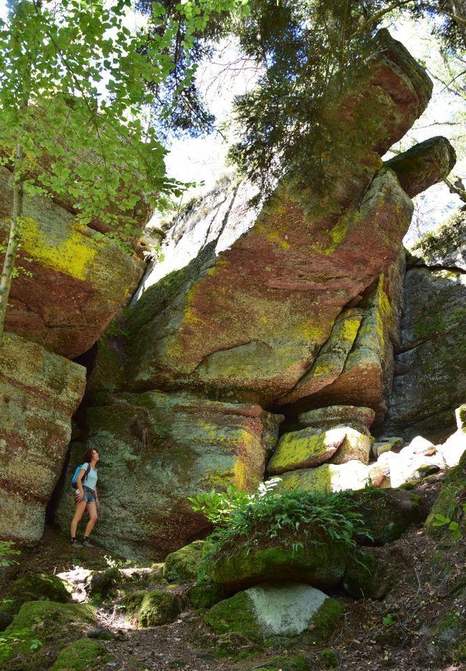 Des rochers géants près de la grotte d'Etichon