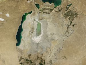 Niveau de la mer d'Aral en 2013 et 2014 - photos : Nasa