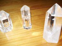 1) Exemple de cristaux à base plate pour la programmation.2) Quatre petits cristaux monopointes.3) Galet