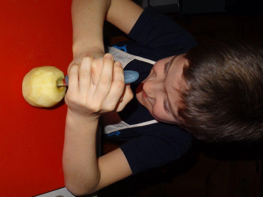 """ETAPE N°2: Évider les 2 pommes sans les casser .Guillaume s'en amuse .On dirait """" Lancelot """" et son """" Excalibur"""".Super fier d'avoir réussi la mission ."""