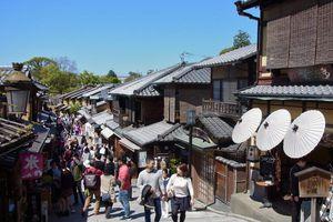 Kyôto : Promenade sur le chemin de Ninenzaka 二年坂 et Sannenzaka 三年坂 du sanctuaire de Yasaka au temple Kiyomizu