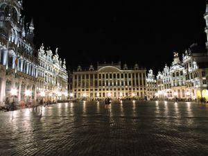 La Grand'place de nuit, le fameux manneken, la maison Antoine et ses frites à se damner, et la Bourse.