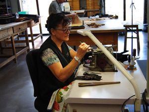 """Grands espaces d'exposition, feutrés. Y'a du luxe ici... Et aussi des tas de petites mains qui font la """"manufacture"""". Un espace """"atelier"""" permet au public de voir les artisans à l'oeuvre. Millau : capitale du cuir et de la ganterie!"""