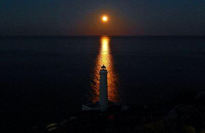 """Il dittico poetico a due voci: """"La luna e il faro"""" / """"L'onda e lo scoglio"""" (Degli Ugonotti-Tolomeo)"""