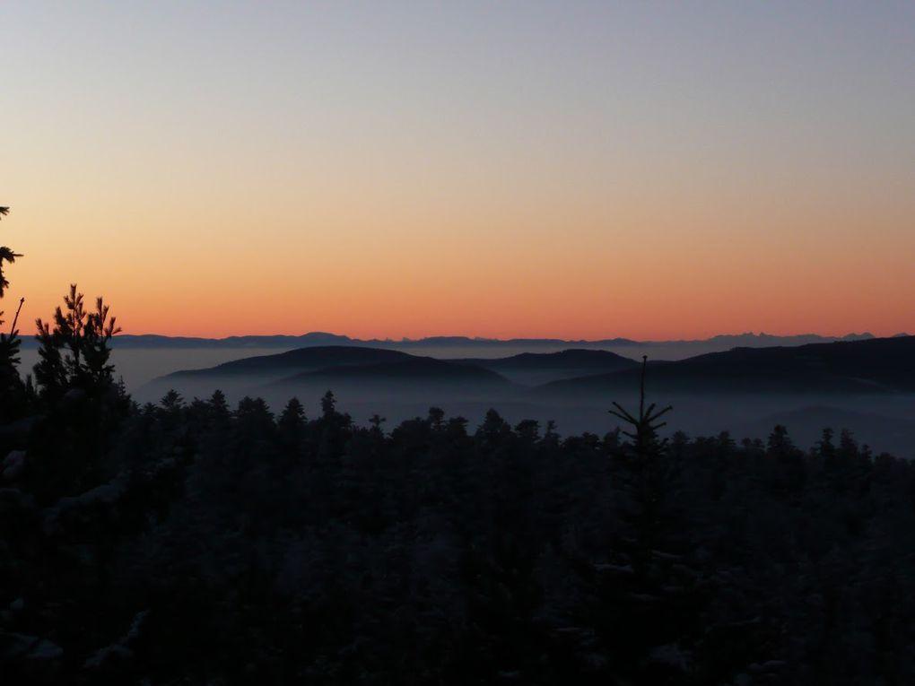Première partie de ce fabuleux lever du Soleil. Depuis le rocher du Schneeberg, l'horizon s'enflamme petit à petit, passant des couleurs bleutées froides vers les chaudes couleurs orangées de l'aube.