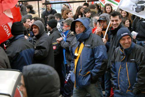 Studenti e lavoratori in corteo,insieme manifestano la loro solidarietà in difesa del posto di lavoro.