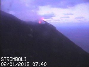 Stromboli - activity pictures on January 2nd and 5th - webcams Vulcano a Piedi / via Volcanodiscovery - oneclick to enlarge