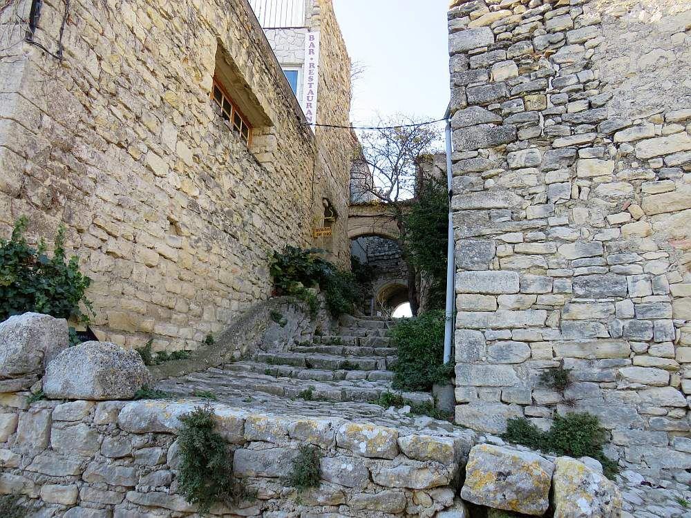 CRESTET pittoresque village médiéval, étalé fièrement sur une crête