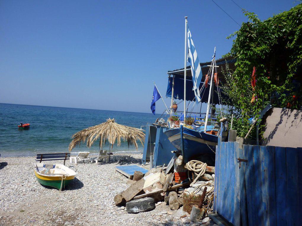 Pendant que ma gardienne garde Anak, je pars en vélo à la découverte des petites plages isolées et leurs tavernas sur la côte Sud de Lesbos. Un régal !