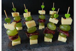 Brochettes apéro de grison, gruyère et raisins