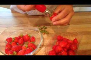 Un ustensile bien pratique: un équeuteur de fraise et tomate
