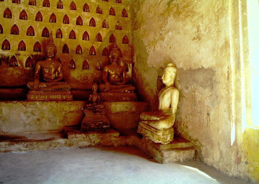 Magie des lieux dans ce site khmer, contemporain des grands temples d'Angkor ( XIème ) ! Il n'en reste que des ruines, certes, pourtant il s'y dégage un tel silence, une telle sérénité, à l'ombre de la montagne sacrée, avec , au loin, dans la plaine, le Mékong ocre, que c'est un lieu qu'on n'oubliera jamais...