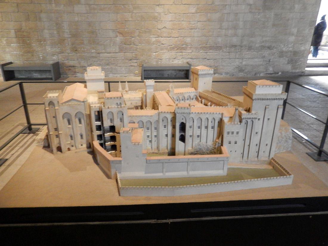 """Ville d'histoire et de spectacle, """"Cité-forteresse"""" papale"""