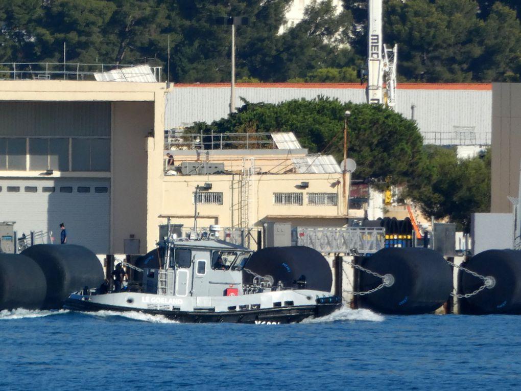 LE GOELAND , Y6001 , remorqueur /  pousseur dans le port de Toulon le 01 septembre 2020