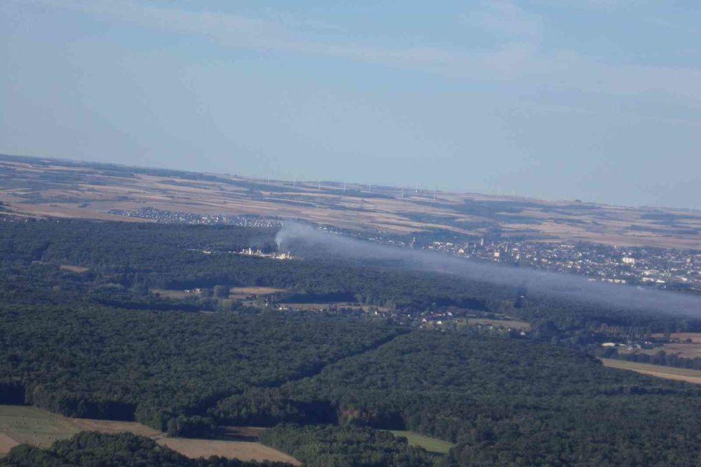 En passant,je remarque que la fumée de l'usine forme une belle écharpe au dessus du paysage.