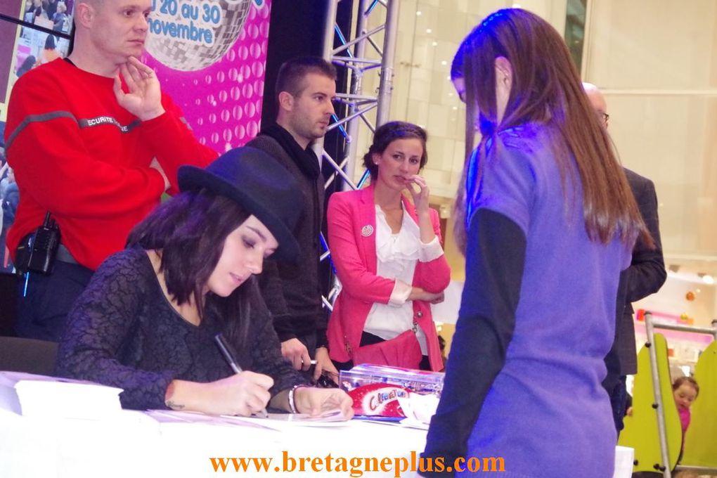 Evènement au Centre Commercial Leclerc Saint - Grégroire. Ce mercredi 27 novembre, la chanteuse Alizée était en séance de dédicaces