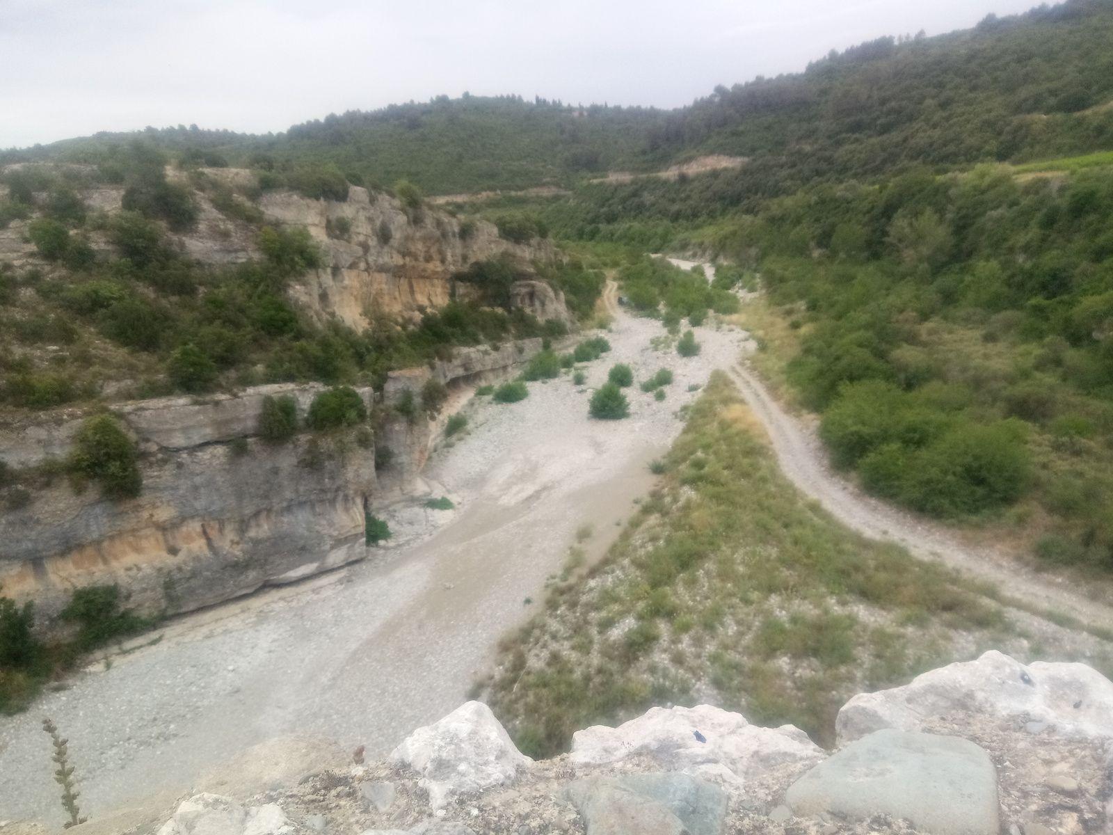 Ce site d'exception est né d'une histoire géologique mouvementée et d'un travail sans répit de l'eau qui a creusé le calcaire du causse, formant ainsi d'étroits canyons, le Brian et la Cesse, les cours d'eau aux débits capricieux, sont à l'origine de cette véritable forteresse rocheuse. Mais plus surprenants encore, ces rivières ont formé des ponts naturels, sorte de tunnels percés dans la roche, que l'on peut arpenter à loisir en saison sèche.