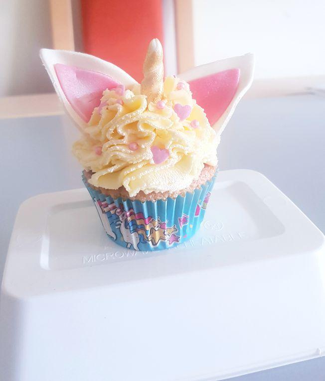cupcake vanille/cupcake chocolat surmonté d'un topping vanille/chocolat.  Prix: