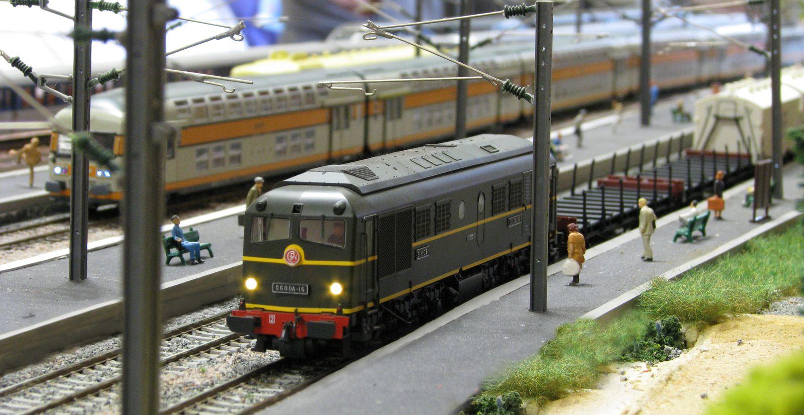 En gare de Verrières, les voyageurs sur le quai n°1 peuvent entendre le grondement particulier du moteur Sulzer 12 LDA 28 de la 060 DA 16.