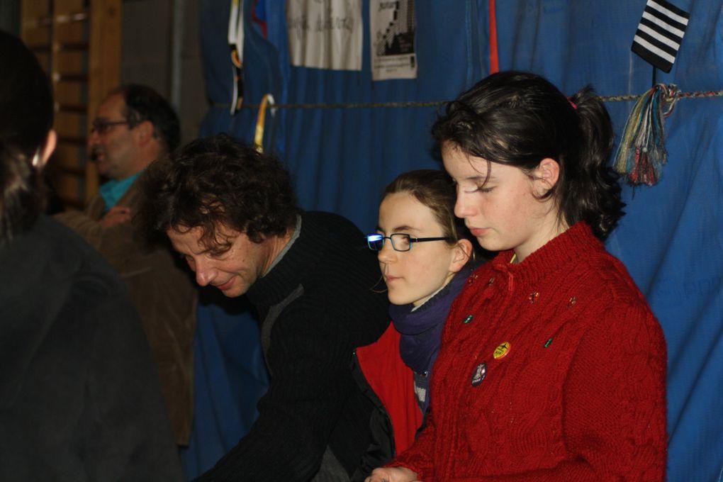Vues prises pendant la première heure de la fête organisée par le Skolaj Diwan Liger-Atlantel de Saint-Herblain le 18 décembre 2012. Voir aussi le site du collège, plus complet.