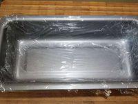 2 - Oter le trognon et couper en cubes. Mettre dans une casserole avec 1 cuil. à soupe de jus de poire et la cannelle en poudre, laisser sur feu très doux pendant 25 mn. Pendant ce temps tapisser un moule à cake de film étirable (pour faciliter le démoulage), puis positionner des tranches de pain d'épices dans le fond et contre les parois du moule (en retaillant au besoin). Veuiller à ce que les tranches soient bien jointes et caler éventuellement les bords avec des chutes de pain d'épices pour qu'ils soient bien droits.