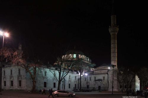 Le minaret de Beyazıt camii à Istanbul éclairé par la lune