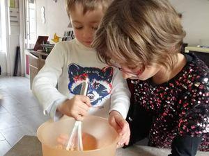 Nina et son petit frère à l'action ! Bon goûter !